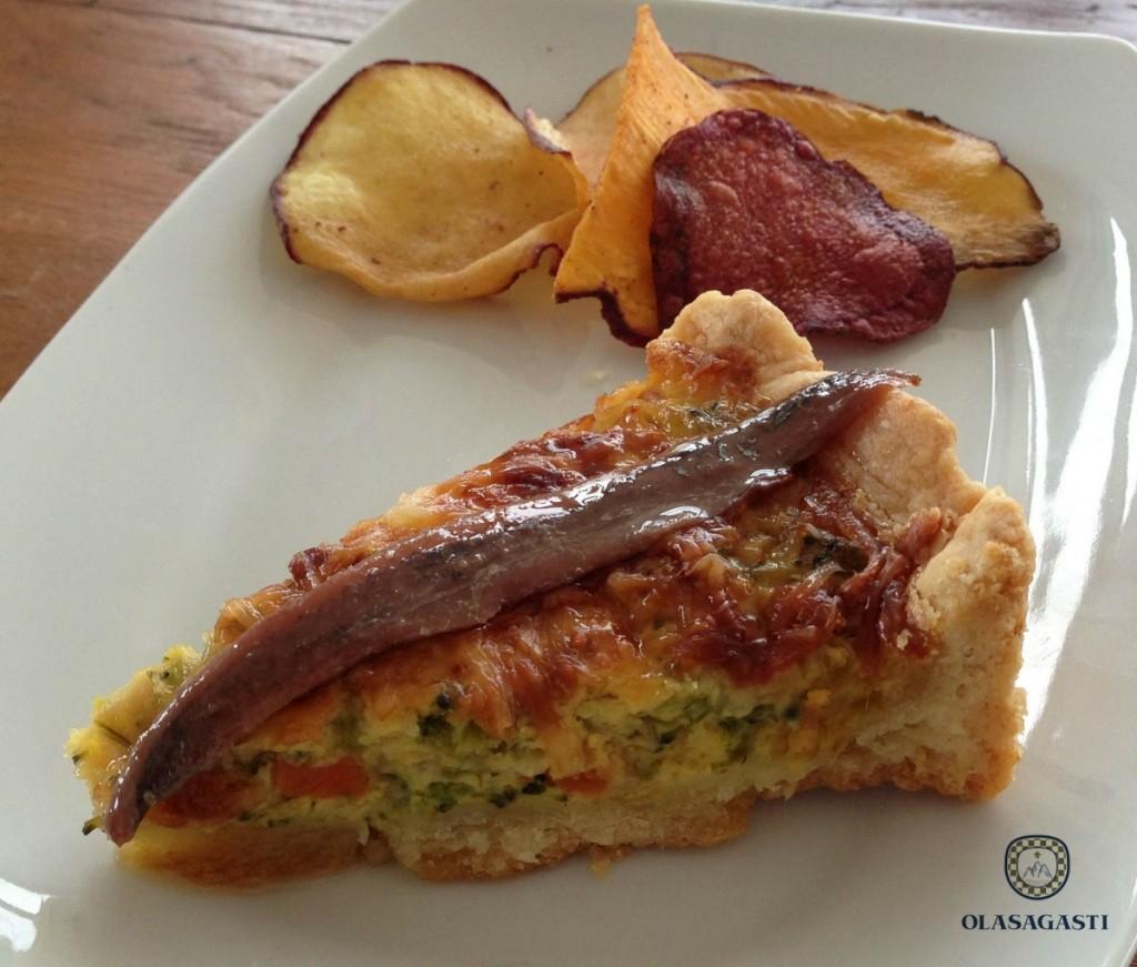 Quiche de verduras y filete de anchoa del Cantábrico en salazón