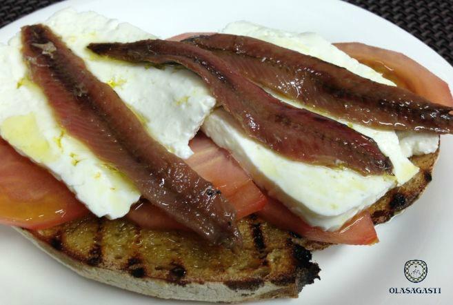 Tosta con queso, tomate y filetes de anchoa del Cantábrico en salazón Olasagasti