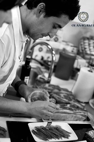 Cocinero colocando los filetes de anchoa del Cantábrico en salazón
