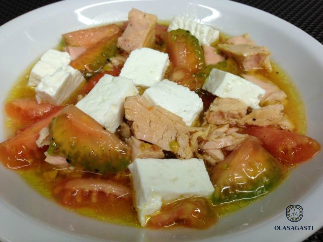 conservas_olasagasti_dentici_receta_ensalada_bonitodelnorte_bonito_tomate_queso_aove