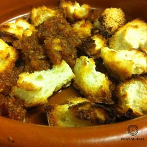 Combatir el frío con un plato caliente: sopa de ajo sin gluten, pan.