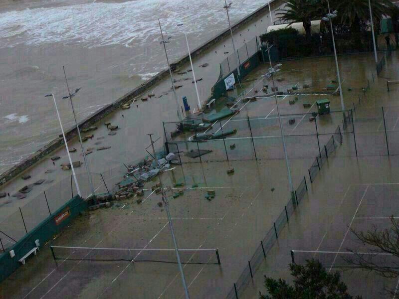 temporal del mar cantábrico en san sebastián, destrozos en el club de tenis donostiarra