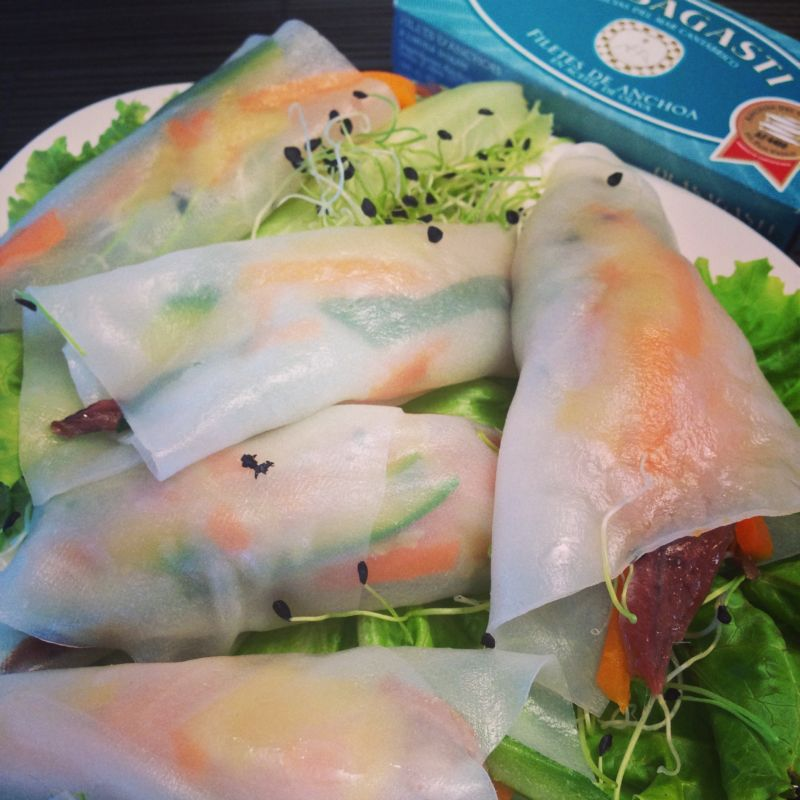 Olasagasti summer rolls with anchovy filets and vegetables