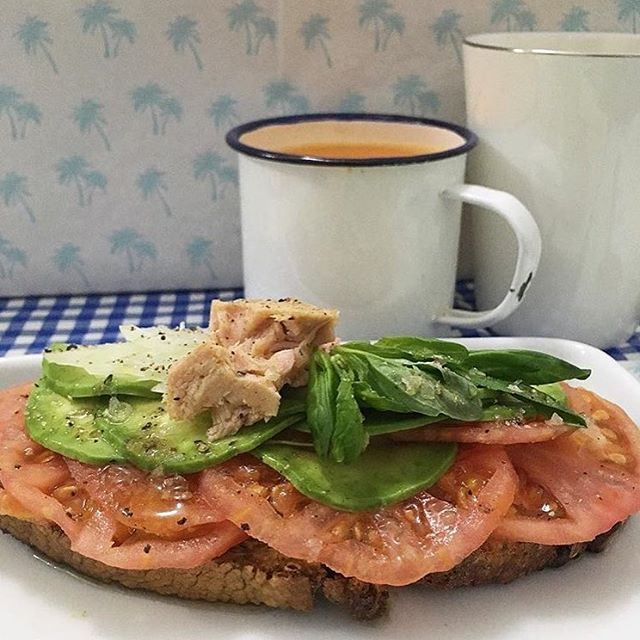 Desayuno con atún para menú del día