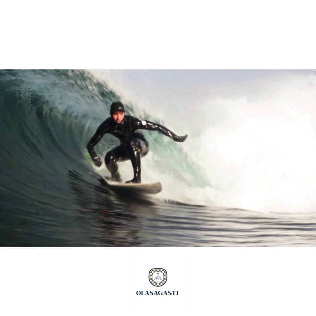 olasagasti surfeando las olas de borja agote
