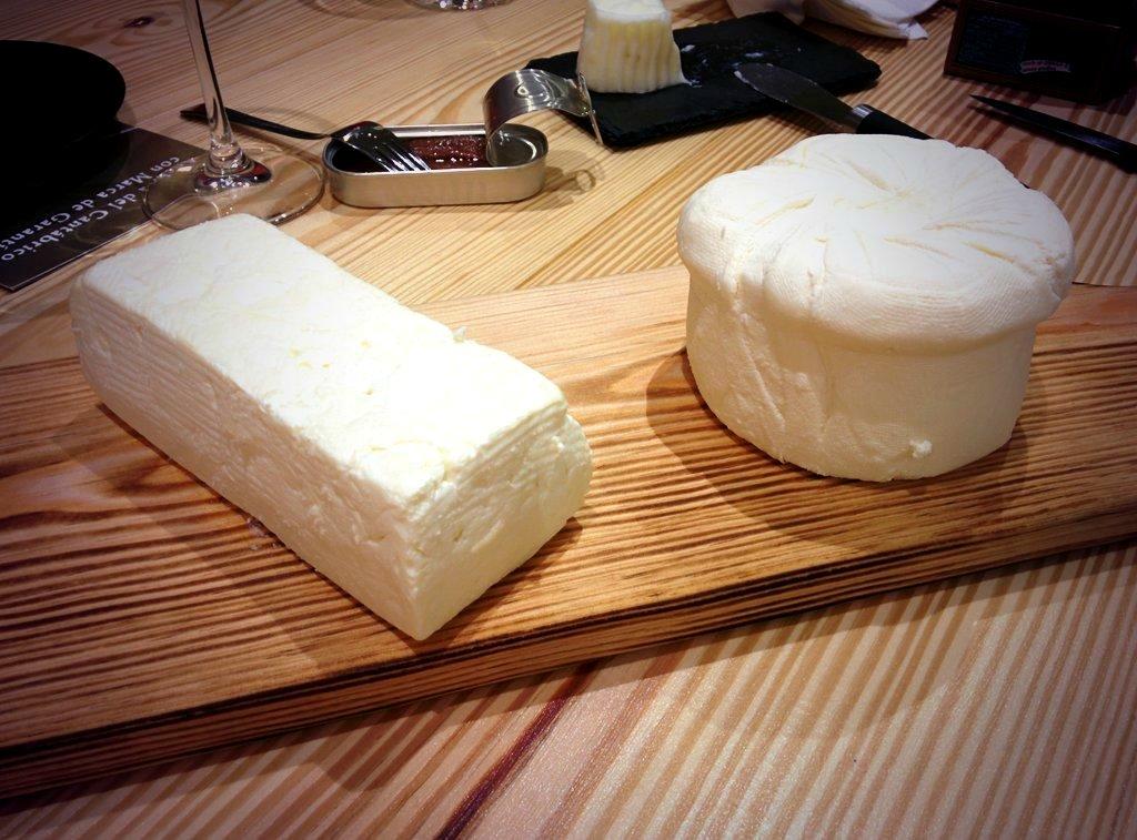 Deliciosos quesos frescos y anchoa en la quesería El Cultivo en Conde Duque