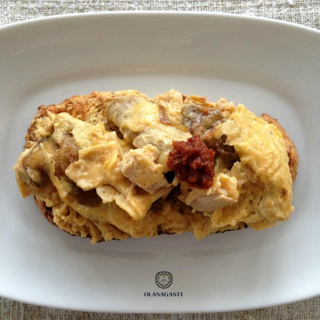 Pan con hummus y revuelto bonito del norte en escabeche con salsa de tomates secos