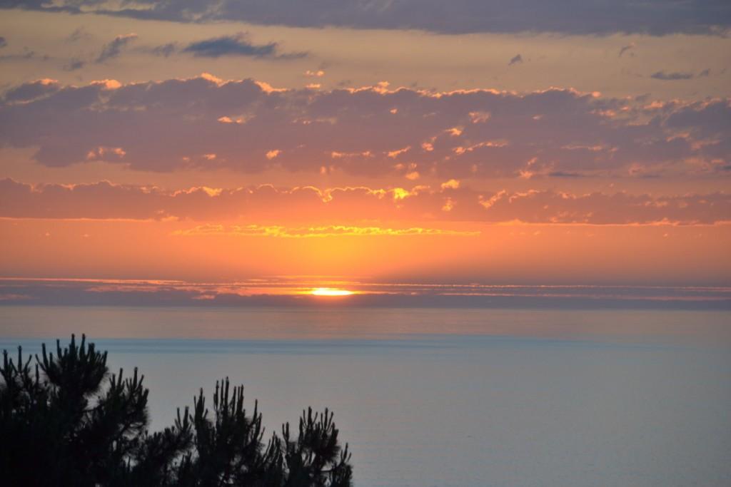 Mirar el atardecer en el Mar Cantábrico en calma te da serenidad y puede ser uno de los 10 hábitos para ser feliz