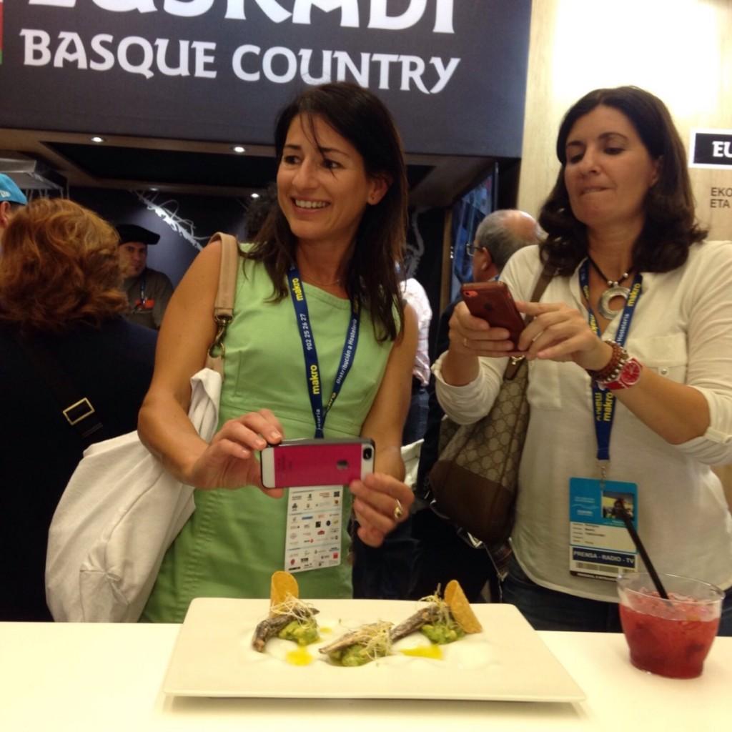 Marta Mendia y Beatriz Rodriguez en la degustación de tacos en el Stand del Gobierno Vasco