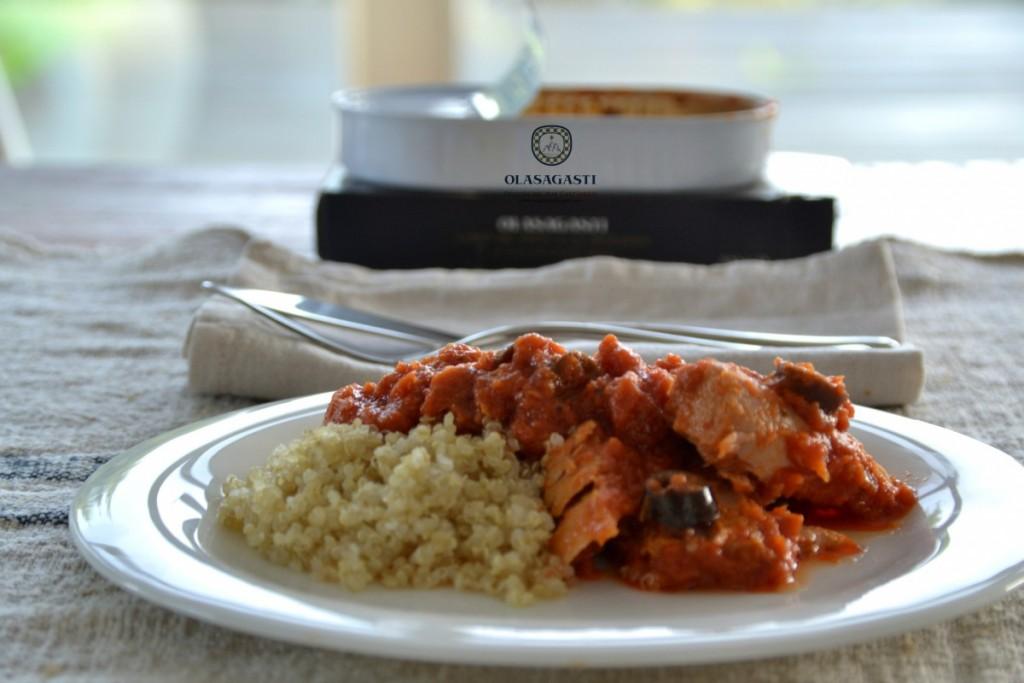 Plato con quinoa y lomos de atún en salsa de tomates secos