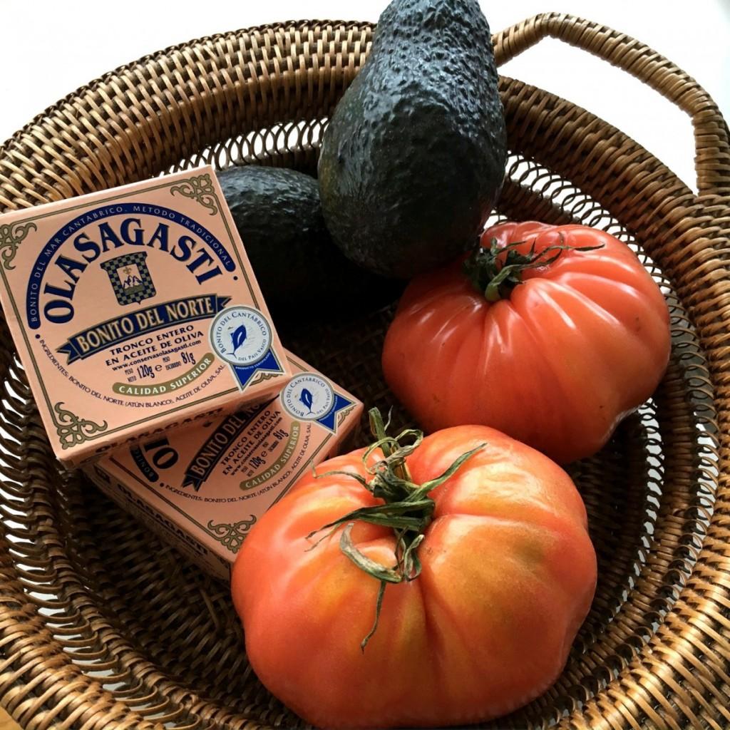 Ingredientes para una cena ligera perfecta, bonito del norte Olasagasti, tomate rosa y aguacate
