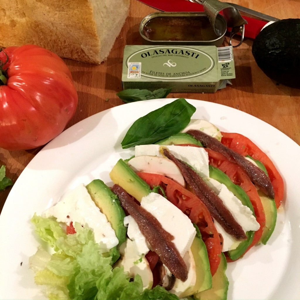 Cena ligera perfecta, bonito del norte Olasagasti, tomate rosa, aguacate, albahaca, lechuga, pan