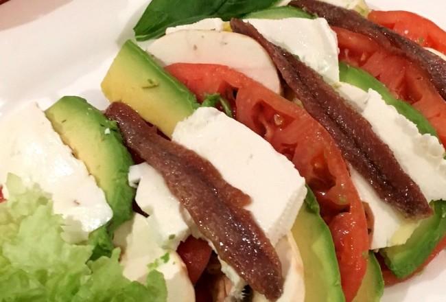 receta-ensalada-cena-ligera-perfecta-queso-cabra-anchoa-del-cantabrico-tomate-rosa-aguacate