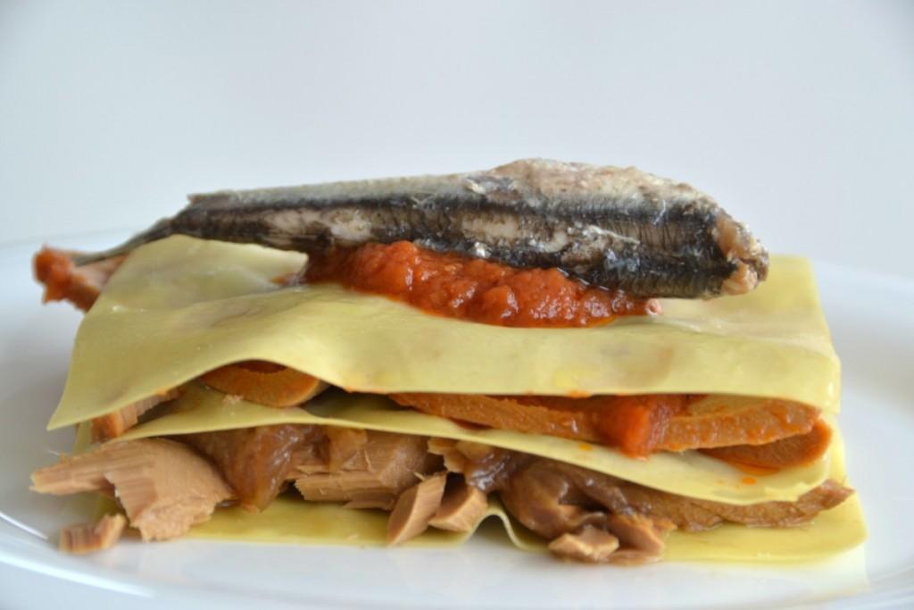 Lasaña fácil de pescado azul y verdura: Atún, verdura y anchoa en una lasaña repleta de pescado azul y Omega 3. Fácil y saludable.