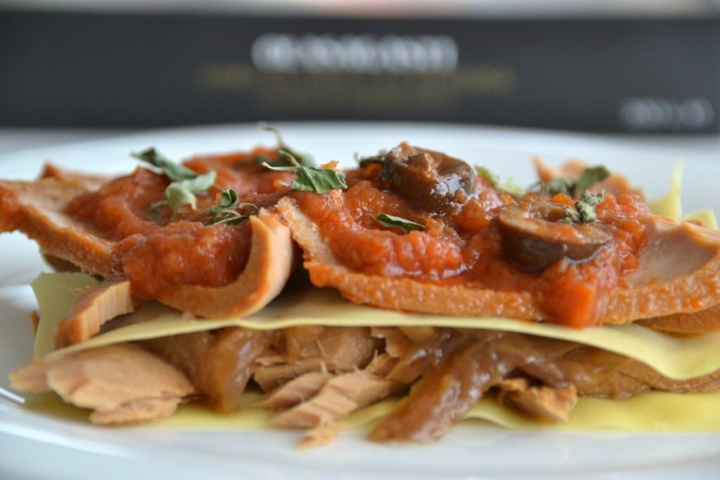 Colocar cada plato de recetas de atún Olasagasti entre capa y capa de pasta para la lasaña fácil de pescado azul y verdura