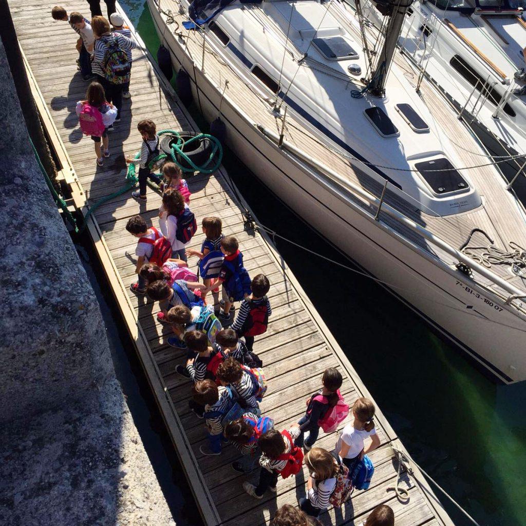 alumnos de Ekintza emabarcando en velero de Navegavela en el Día Europeo del Mar en San Sebastián