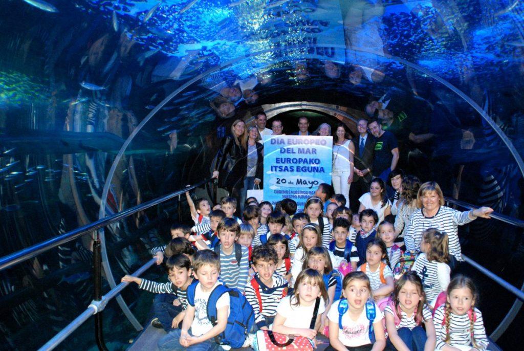 Niños y representantes de las instituciones en el Aquarium, foto de familia