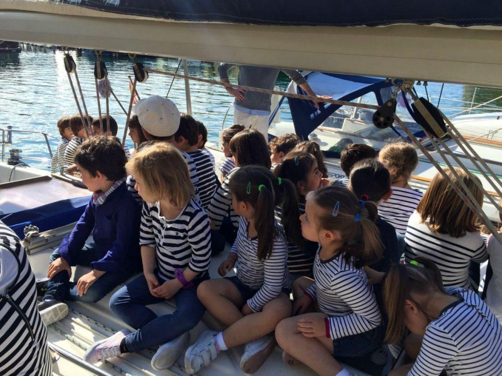 los niños del colegio Ekintza en el velero de Navegavela