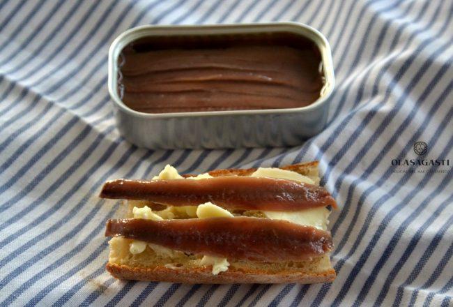 sencillo desayuno salado a base de pan, mantequilla y filetes de anchoa del cantábrico Olasagasti