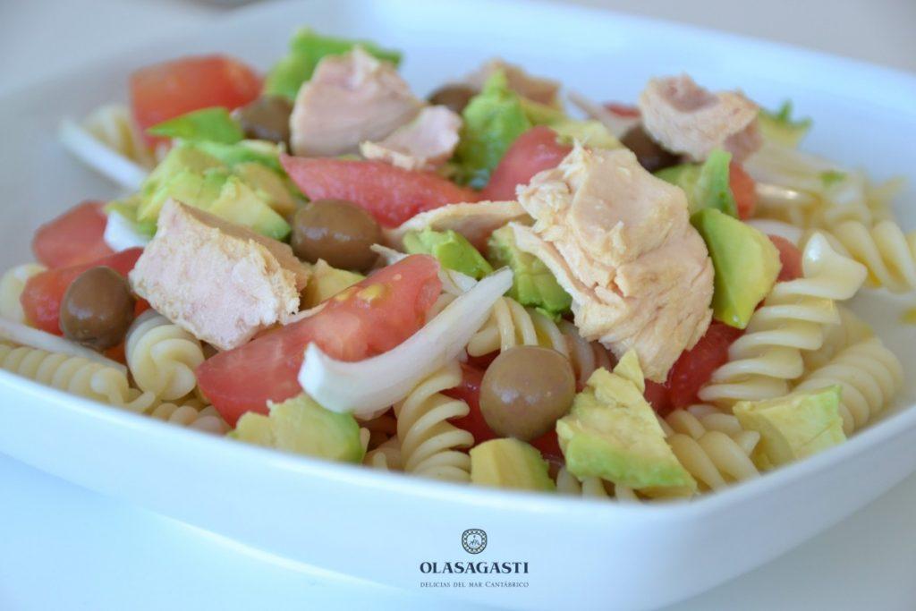 Ensalada fresca de pasta y bonito del norte con tomate y aguacate
