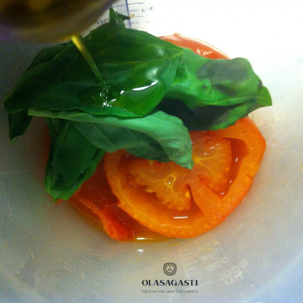 tomate y albahaca con aceite de oliva