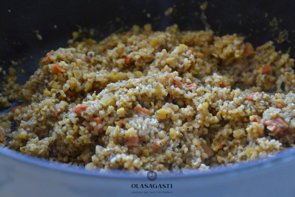 sartén con el cereal hindú cocido