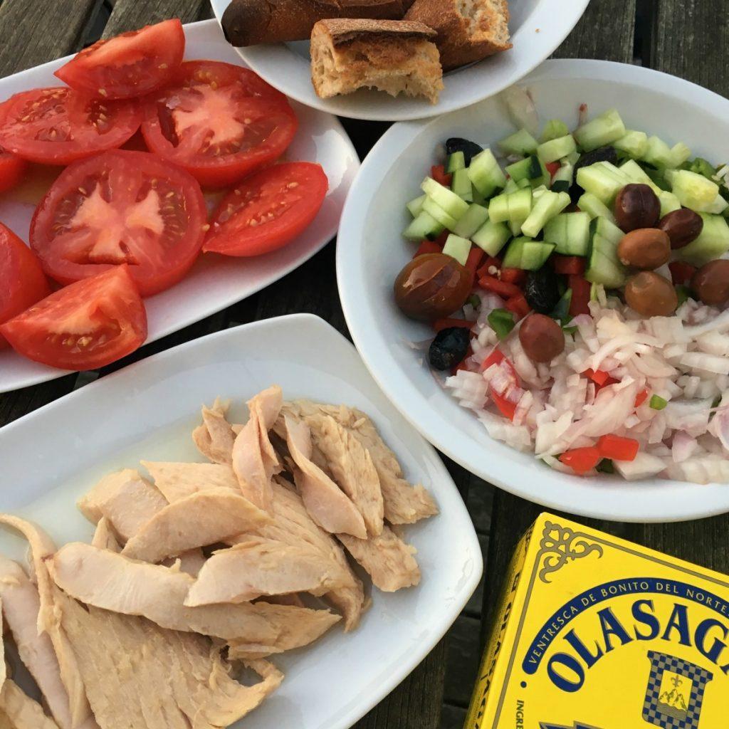 Picoteo de ventresca Olasagasti, tomate, pepino, cebolla, aceitunas y pan