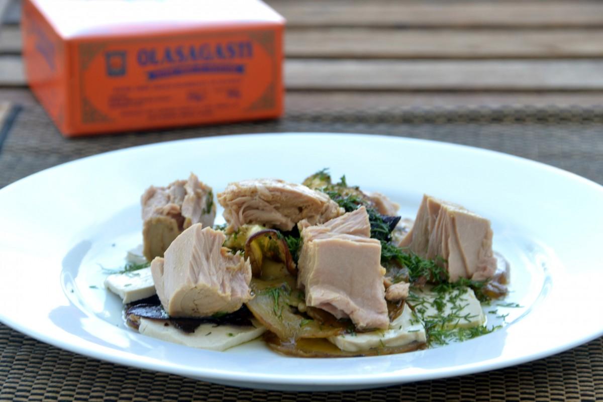 Plato con berenjenas, tofu y atún rojo del Cantábrico en conserva y el estuche naranja Olasagasti de fondo