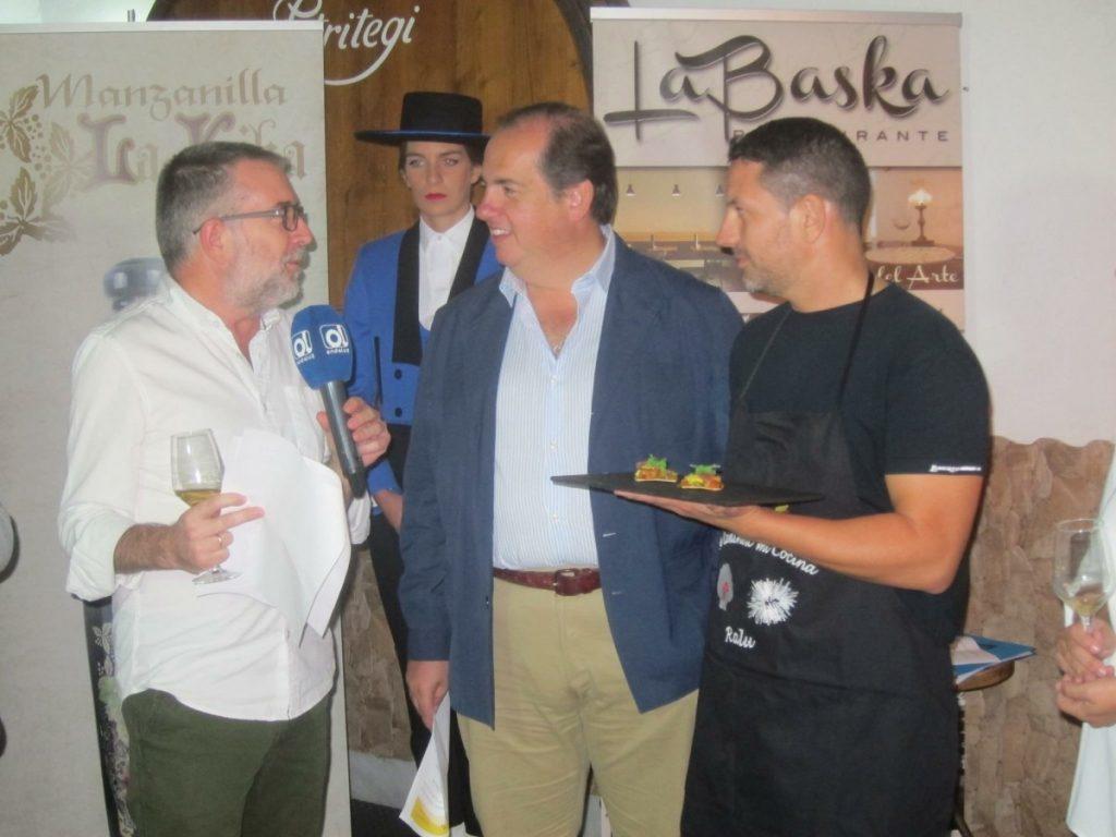Los presentadores Ferrer y Camacho con Ralu y el pintxo Olasagasti