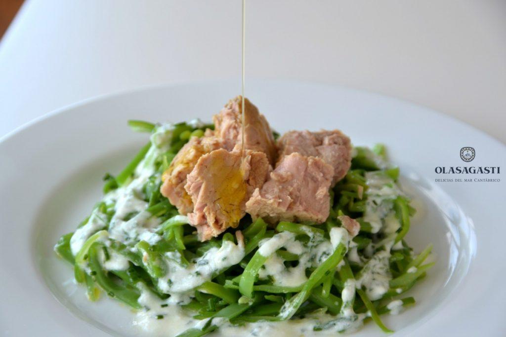 ensalada de vainas y atún rojo con salsa de yogur, una de las recetas más vistas