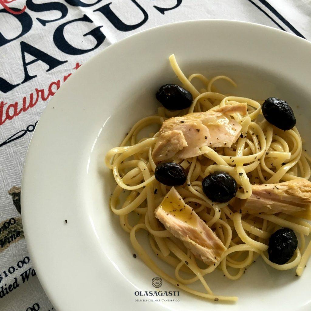 receta de linguine y bonito del norte en escabeche, olivas negras y pimienta