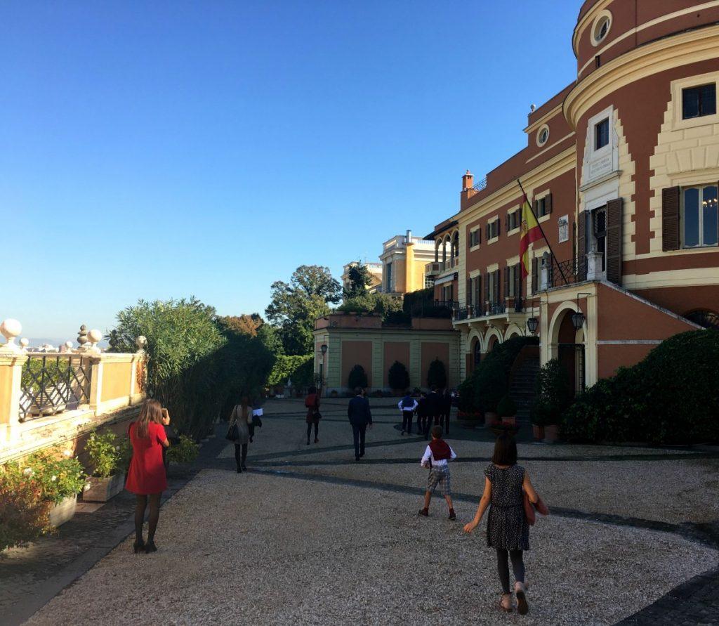 Familia Olasagasti en Empabaja de España en Roma a por la encomienda de Isabel la Católica