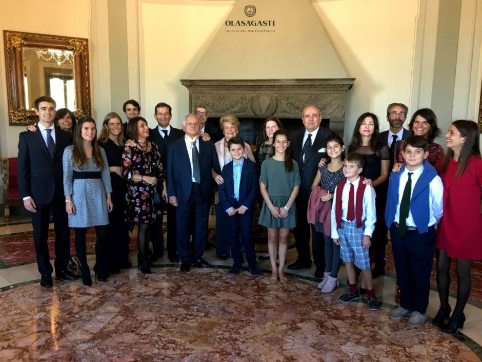 La familia Orlando Olasagasti recibe en manos del embajador de España en Roma la encomienda de isabel la católica