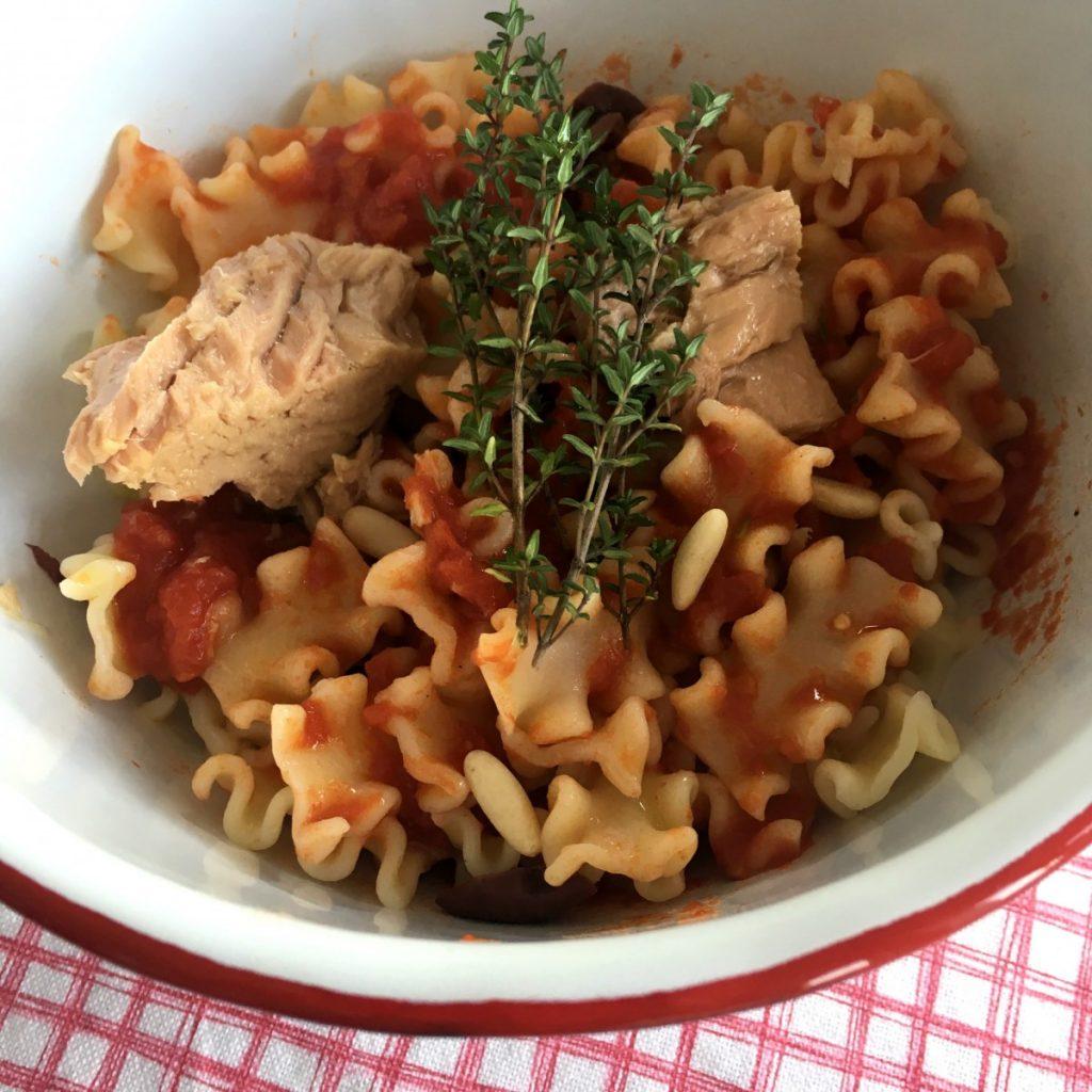 cuenco de pasta con tomate y atún, con romero