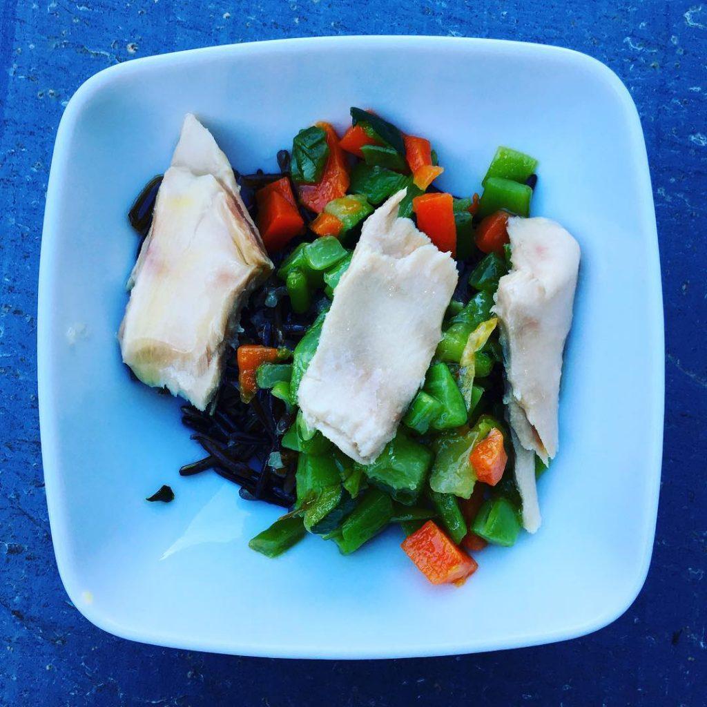 Cuenquito con arroz negro verduras salteadas y trozos de bonitohellip