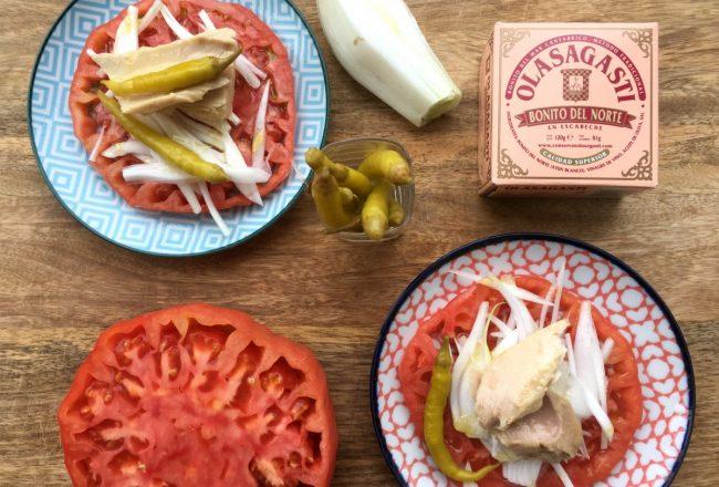 Tomate con bonito del norte en escabeche, tomate, cebolleta y guindilla