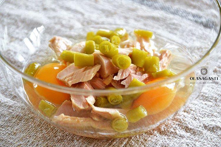 Huevos piparrak y bonitodelnorte Tres ingredientes para un revuelto marinerohellip