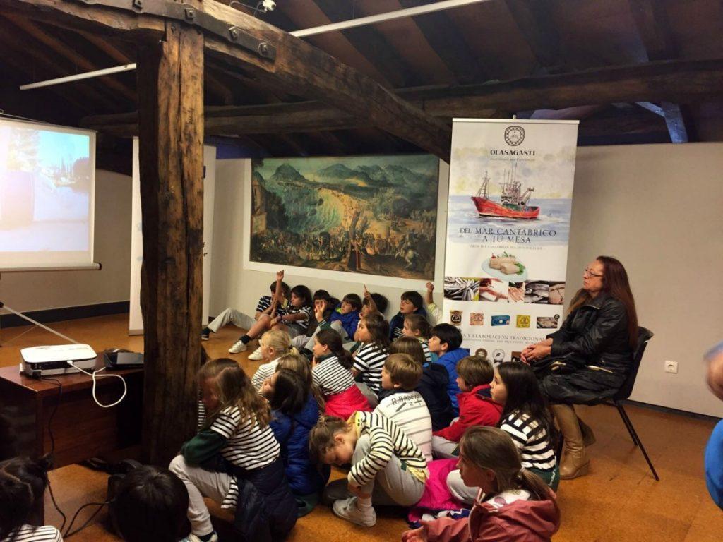 Niños atentos a los consejos para mantener un mar vivo y limpio