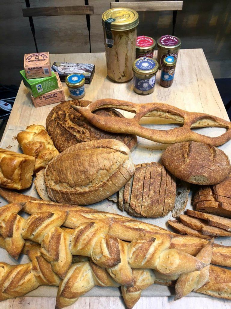 Conservas Olasagasti y panes de El Horno de Babette para charla Entre Harinas y Latas