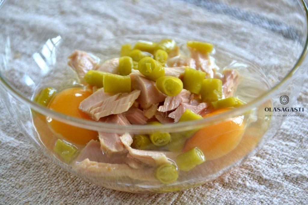 Ingredientes para el revuelto de bonito del norte y guindilla en un bol