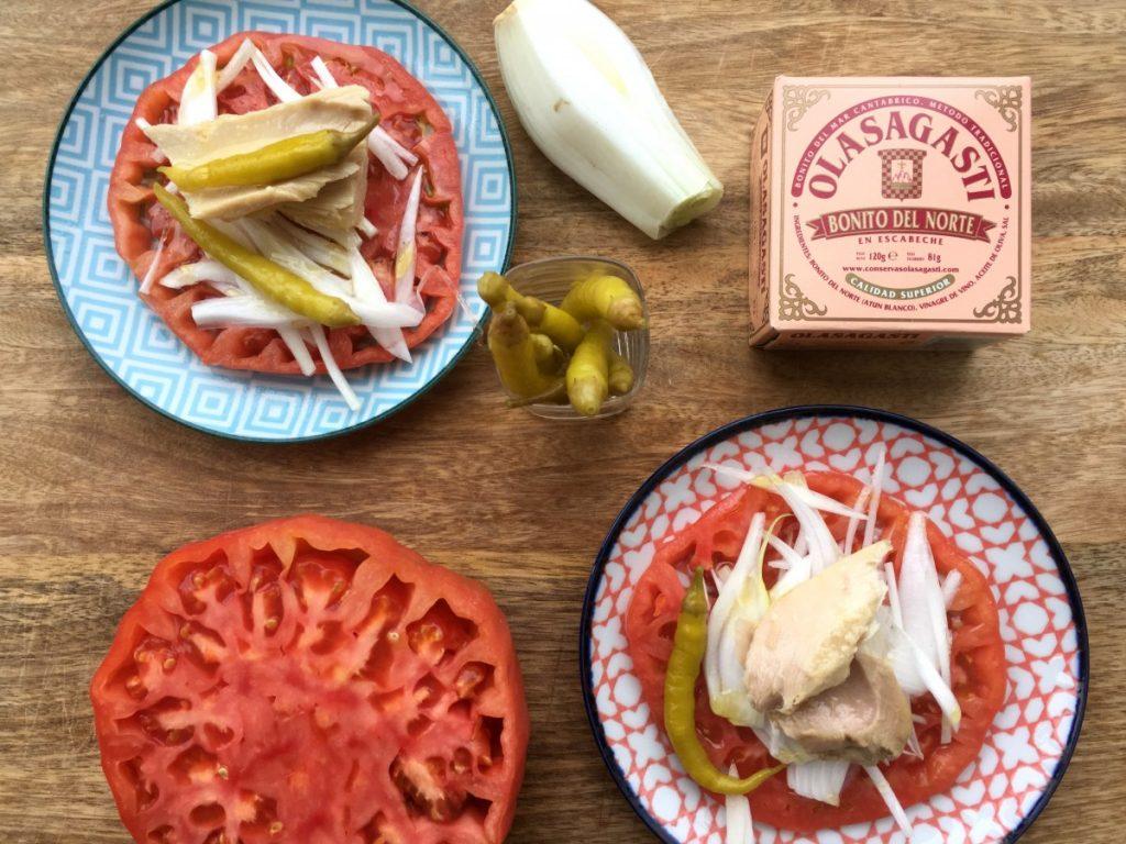 Tomate, cebolleta, guindillas y bonito en escabeche olasagasti