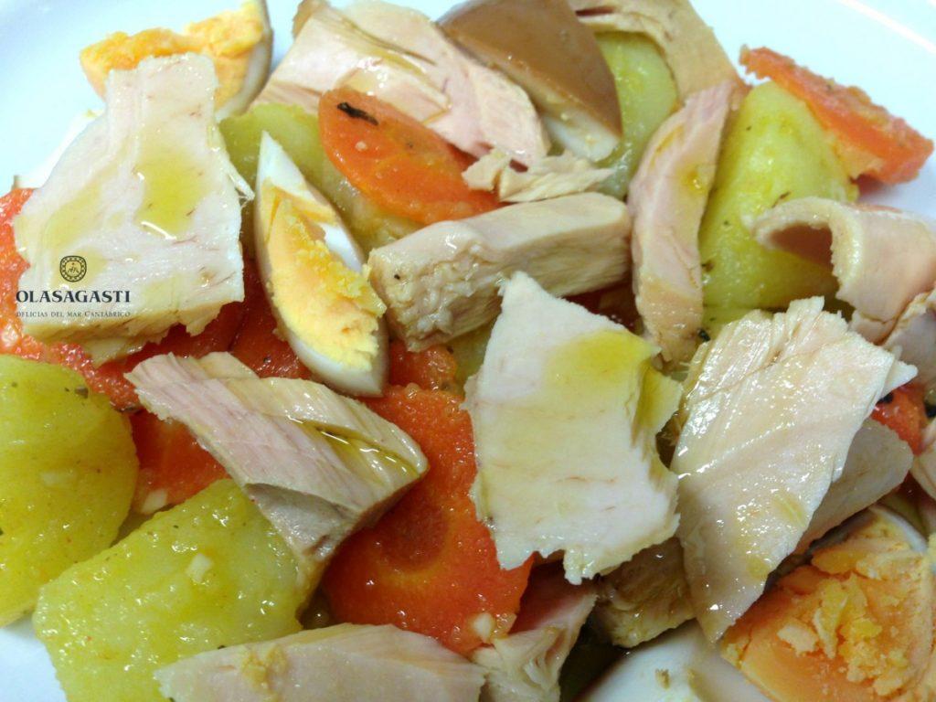 Ensalada norte sur: Patatas, zanahorias y huevo cocido acompañan al bonito del norte.