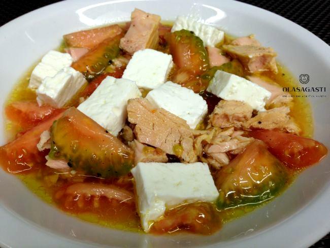 Corazones de tomate con bonito del norte y queso fresco para ensalada veraniega