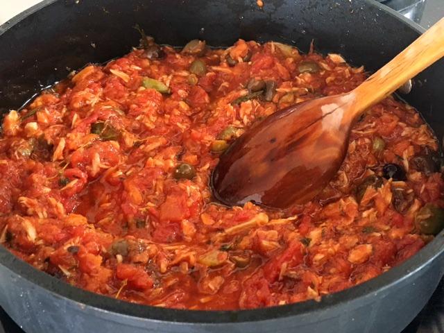Cazuela con la salsa de mi receta favorita de pasta con atún Olasagasti