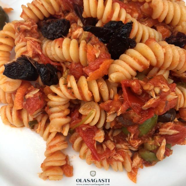 Plato de pasta, tomate, atún Olasagasti y olivas