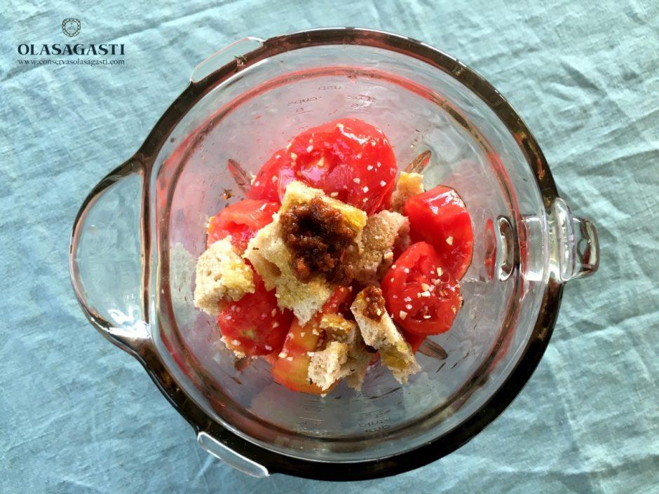 Ingredientes de la sopa de tomate en la batidora