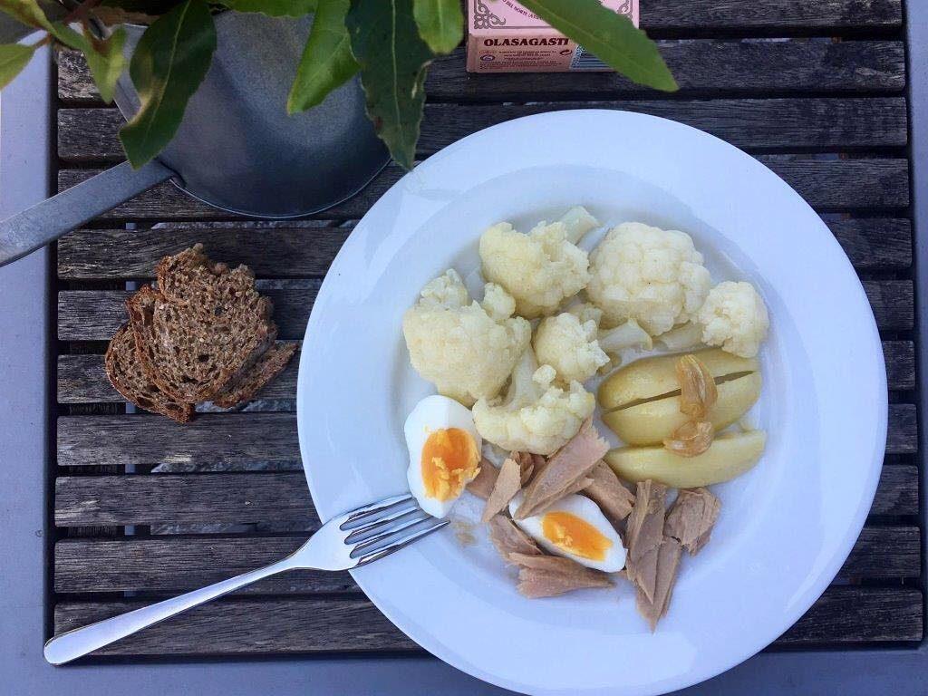 Coliflor salteada con ajitos patata y huevo cocidos y bonitodelNortehellip