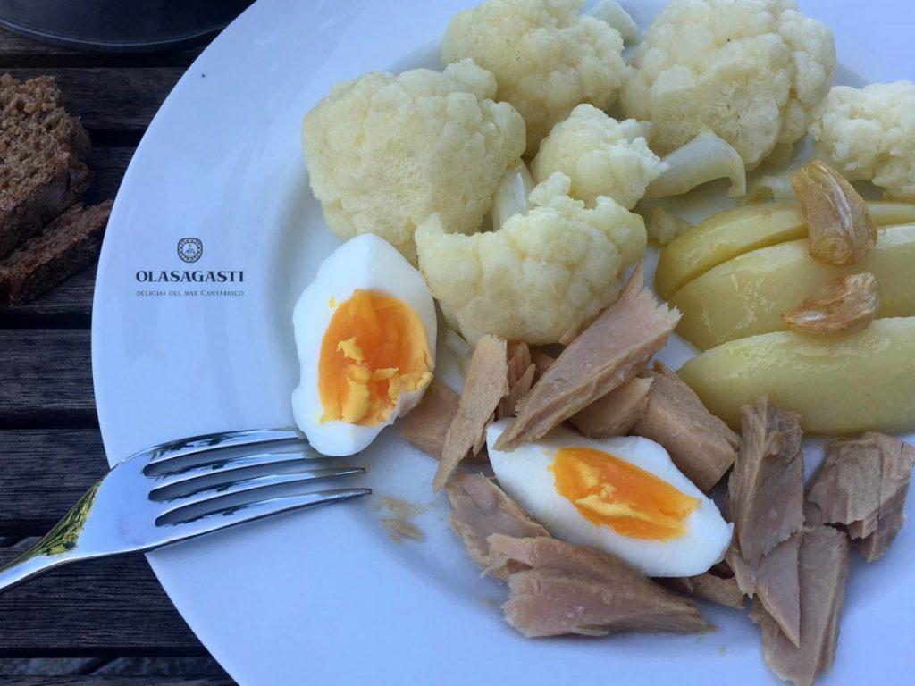 Coliflor salteada con bonito del norte Olasagasti, patatas y huevo