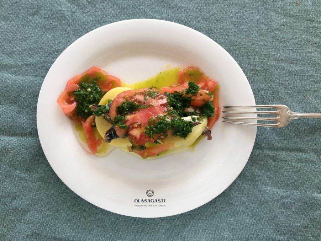 Plato con la receta marinera con anchoas y salsa verde