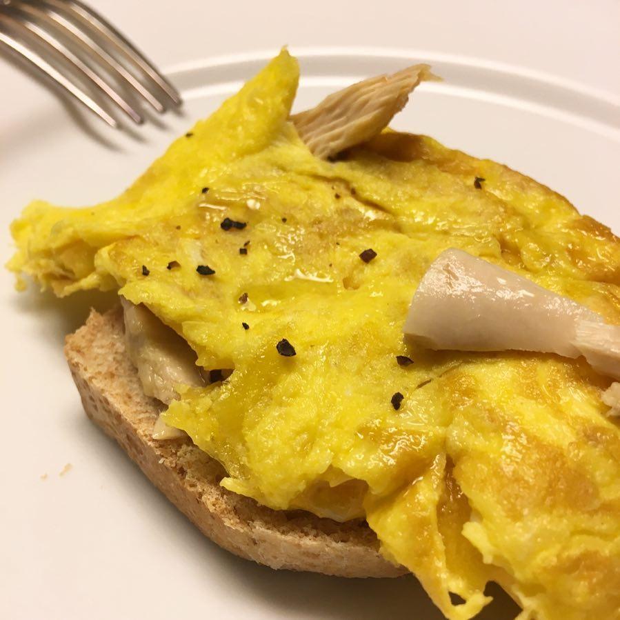 Un tentempi rpido y ligero? Tostada con tortilla de Bonitohellip